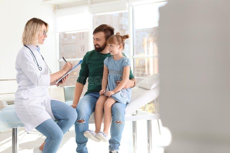 Mała dziewczynka z ojcem odwiedza dzieci doktorskich w szpitalu zdjęcie stock