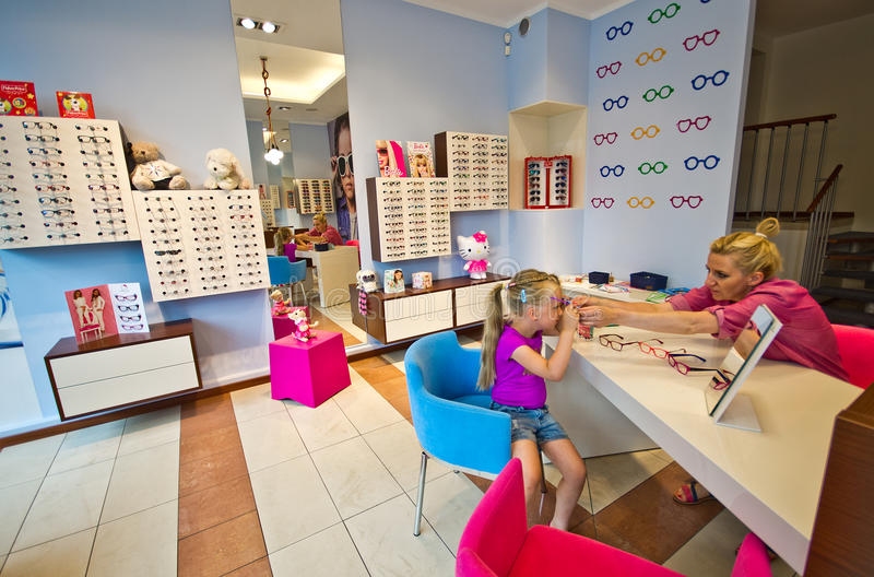 Mała dziewczynka z okulistą zdjęcie stock
