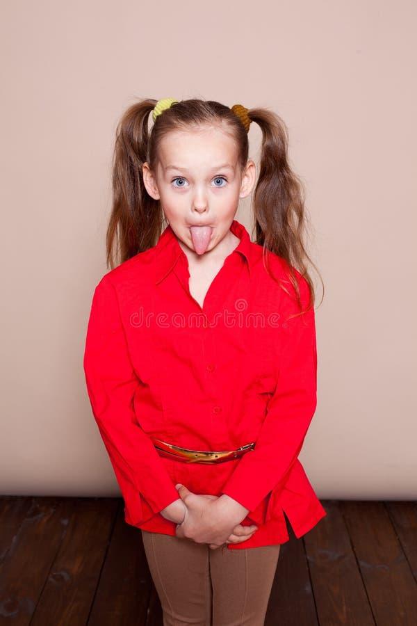 Mała dziewczynka z pigtails Hamming zdjęcia stock