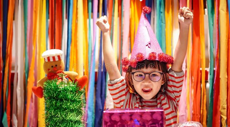 Mała dziewczynka z prezenta pudełkiem w przyjęciu zdjęcie royalty free