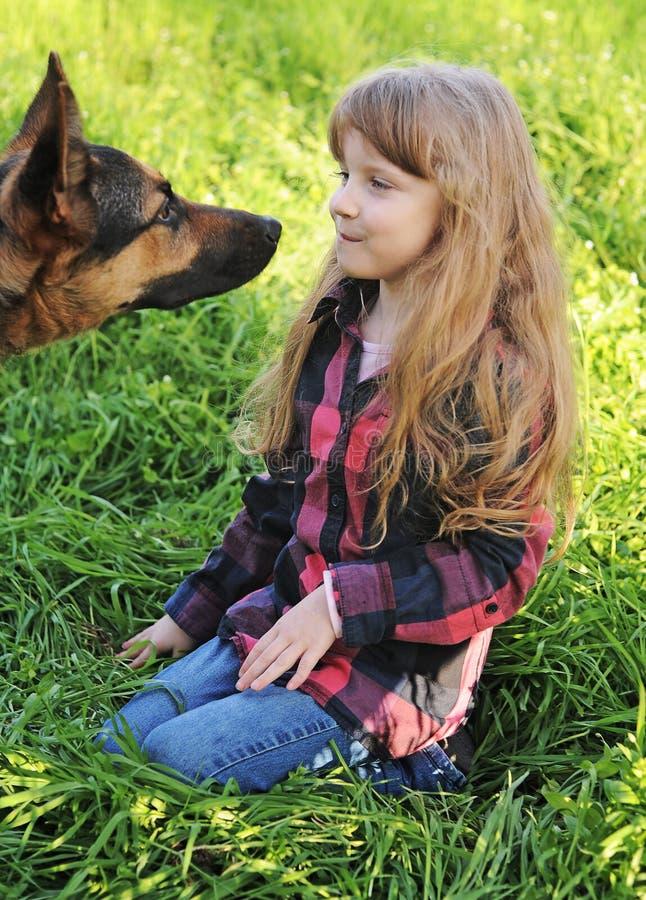Mała dziewczynka z psem fotografia royalty free