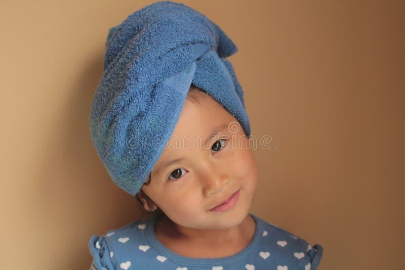 Mała dziewczynka z ręcznikowym opakunkiem zdjęcie royalty free