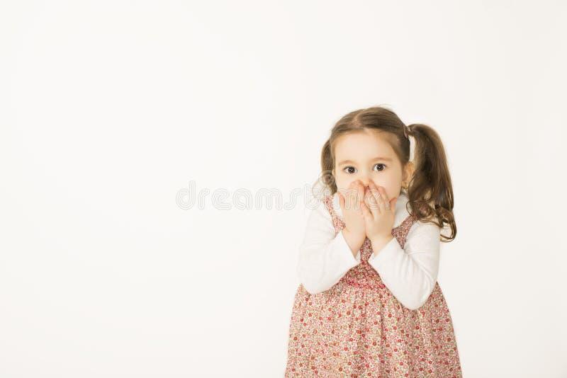 Mała dziewczynka z rękami nad usta zdjęcie royalty free