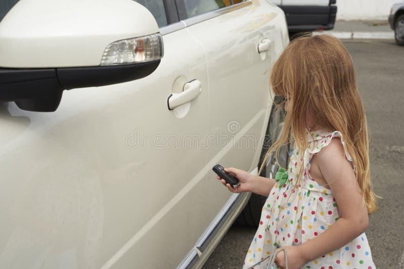 Mała dziewczynka z samochodu kluczem obrazy stock