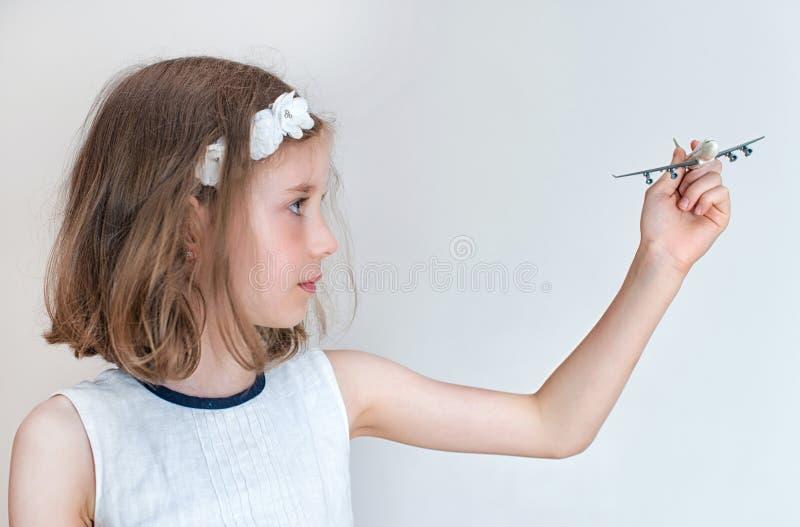 Mała dziewczynka z samolotem obraz stock