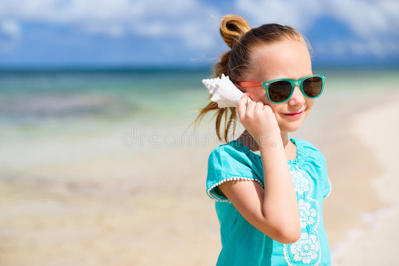 Mała dziewczynka z seashell zdjęcie stock