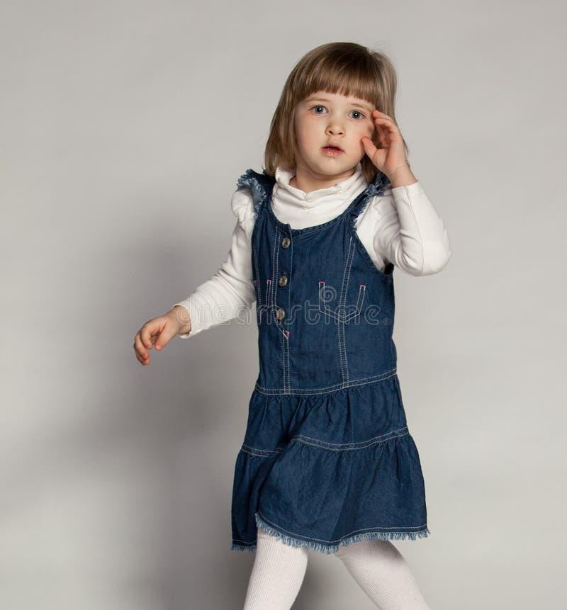 Mała dziewczynka z skołatanym spojrzeniem fotografia stock