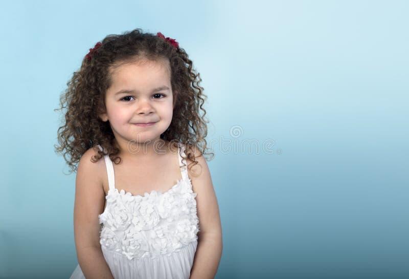 Mała dziewczynka z sowizdrzalskim uśmiechem fotografia royalty free