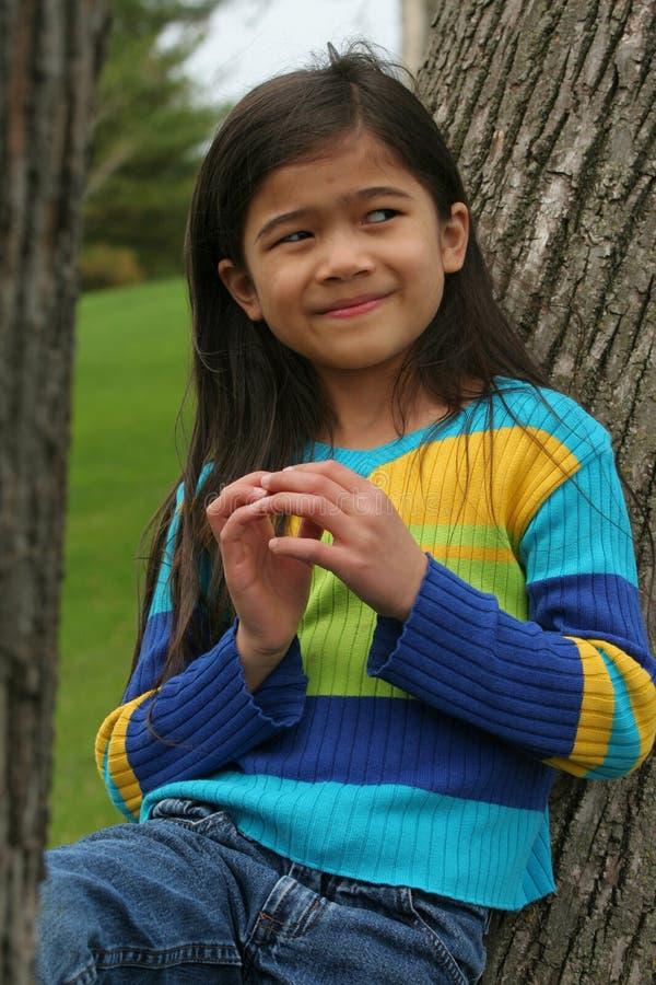Mała dziewczynka z sowizdrzalskim wyrażeniem zdjęcie royalty free
