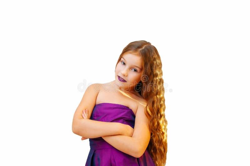 Mała dziewczynka z splendorem długie włosy, emocjonalny portret na bielu obrazy royalty free