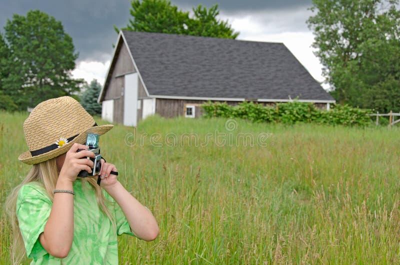 Download Mała Dziewczynka Z Starą Kamerą Zdjęcie Stock - Obraz złożonej z model, retro: 41951752