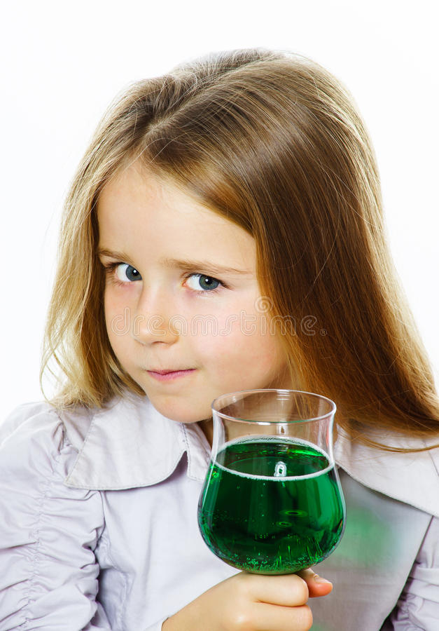 Mała dziewczynka z szkłem żywej zieleni ciecz jad, być może zdjęcie royalty free