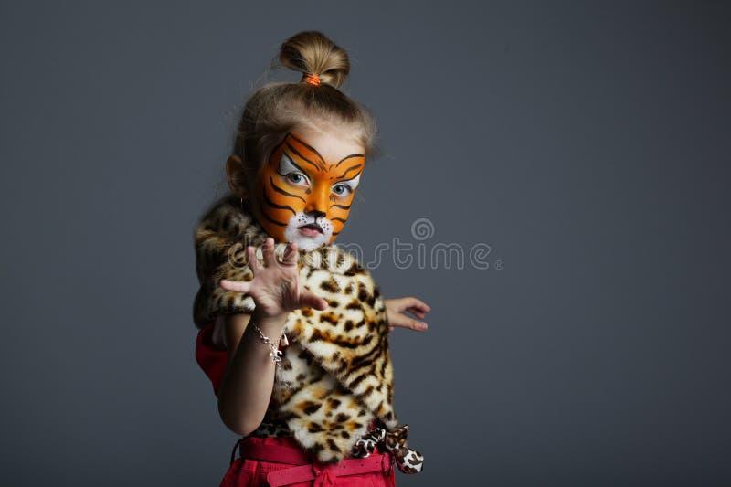 Mała dziewczynka z tygrysim kostiumem fotografia royalty free