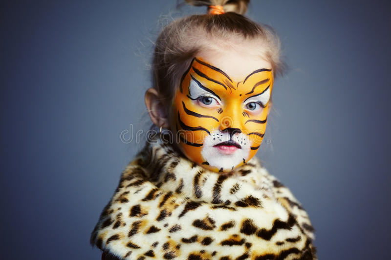 Mała dziewczynka z tygrysim kostiumem obrazy royalty free