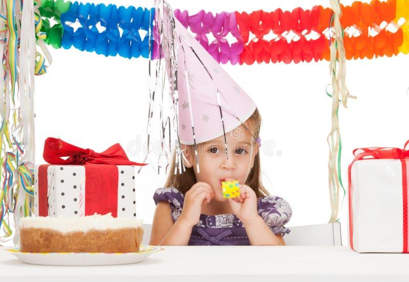 Mała dziewczynka z urodzinowym tortem obrazy stock
