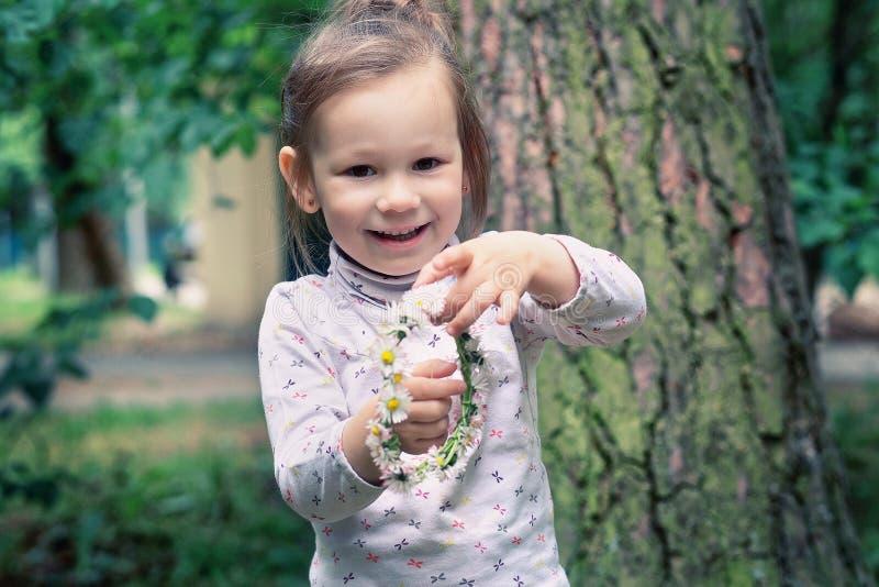 Mała dziewczynka z wiankiem stokrotki zdjęcia royalty free