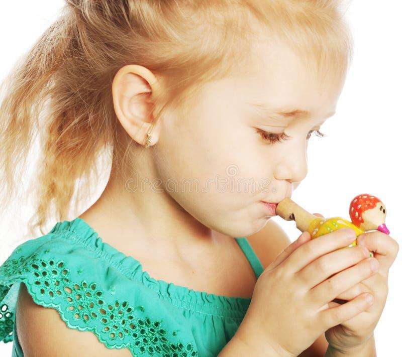 mała dziewczynka z wydmuszysko zabawką obraz royalty free