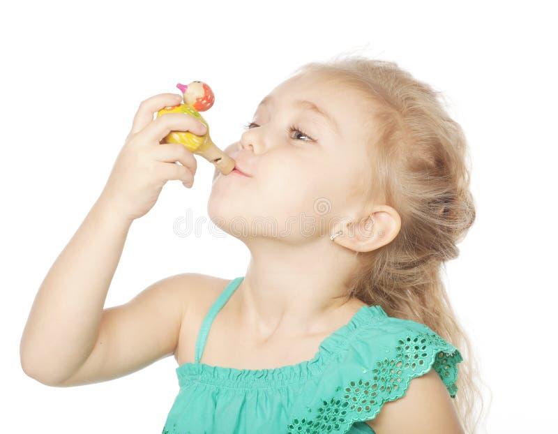 mała dziewczynka z wydmuszysko zabawką zdjęcie stock