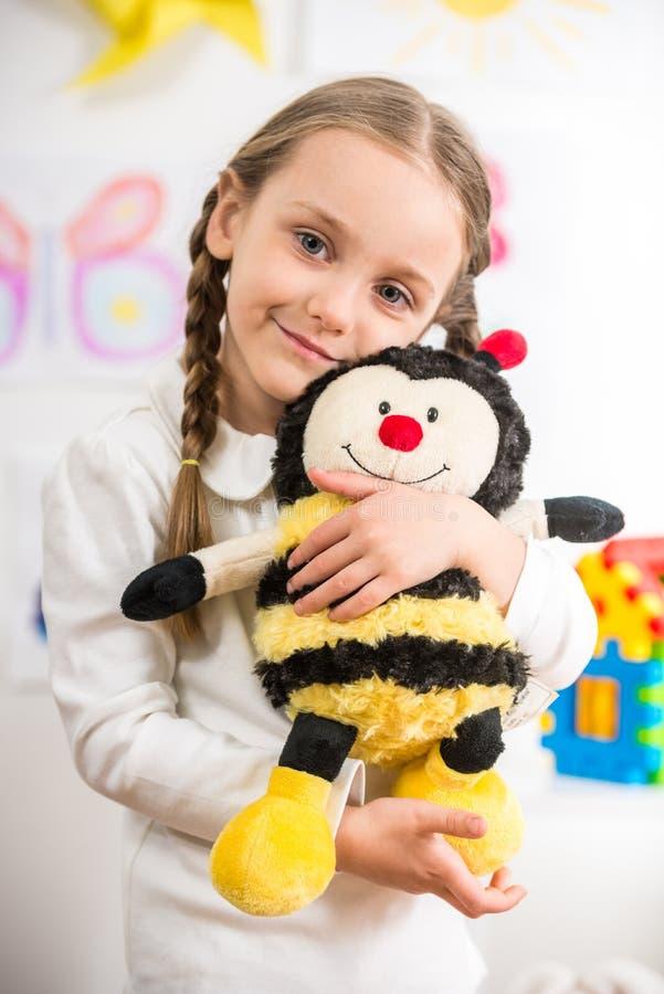 Mała dziewczynka z zabawkarską pszczołą fotografia royalty free