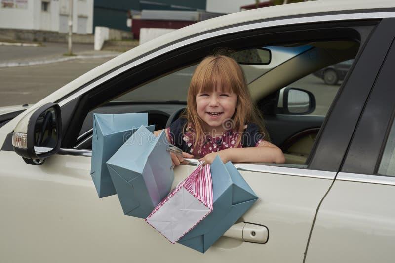 Mała dziewczynka z zakupy od samochodowych spojrzeń obraz royalty free