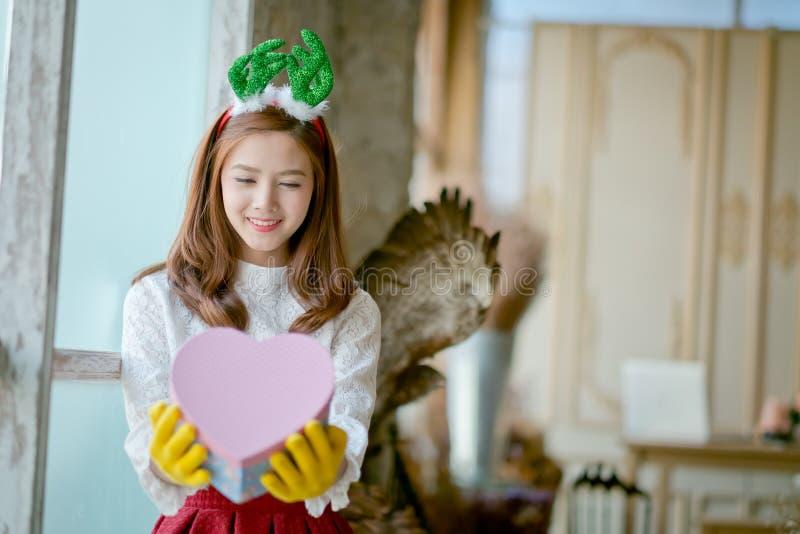 Mała dziewczynka z zimy mienia prezenta odzieżowym pudełkiem obrazy royalty free