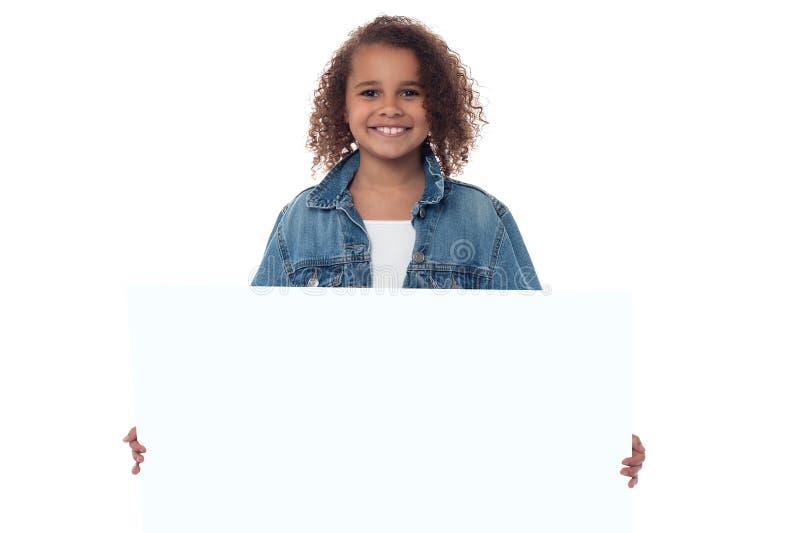 Mała dziewczynka za pustym whiteboard zdjęcie stock