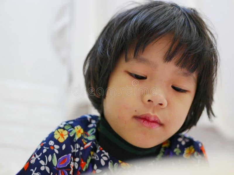 Mała dziewczynki twarz, 3 lat, podczas gdy oglądać/gapi się przy smartphone fotografia royalty free