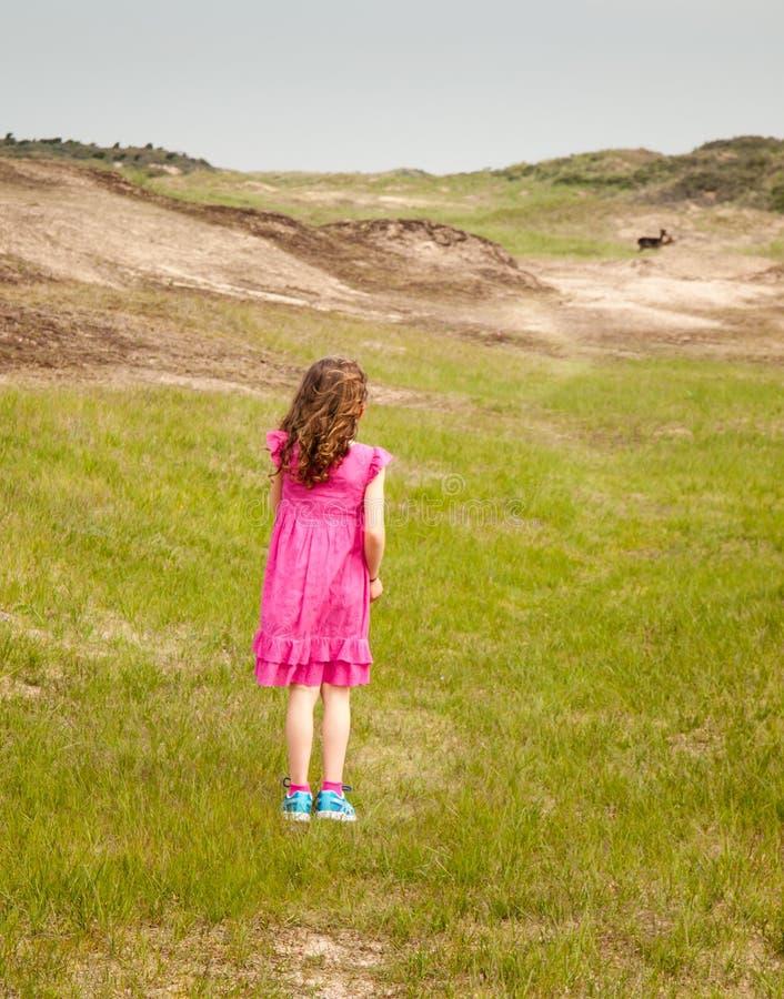 Mała dziewczyny pozycja w wydmowym krajobrazie obraz royalty free
