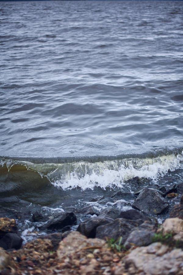 Mała fala na kamiennym brzeg Dzikiej natury Dramatyczny tło zdjęcie stock