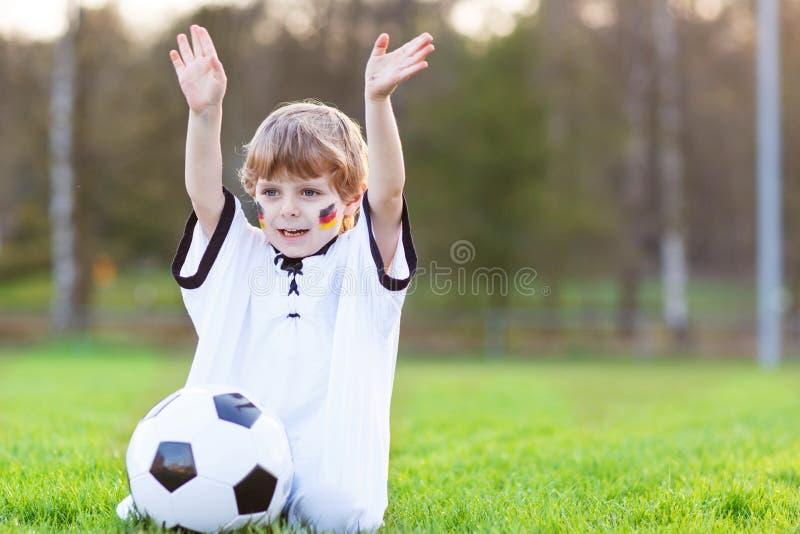 Mała fan chłopiec przy jawnym viewing piłka nożna lub mecz futbolowy obrazy royalty free
