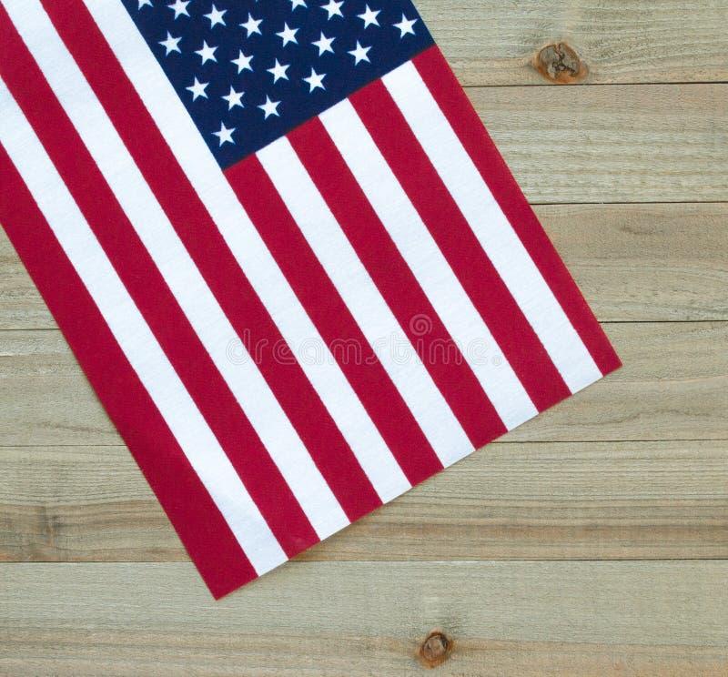 Mała flaga amerykańska na drewnianym tle zdjęcia stock