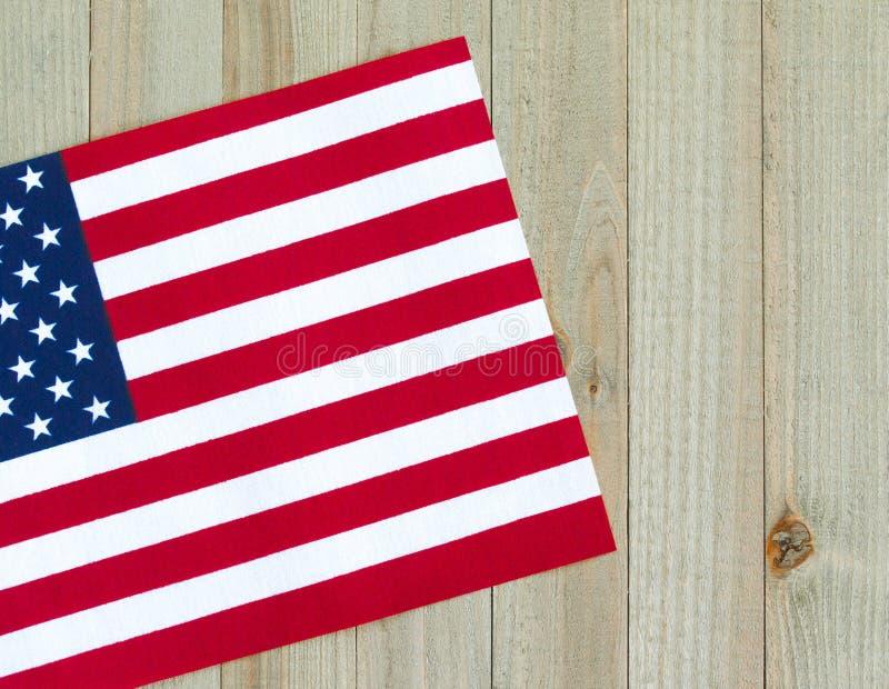 Mała flaga amerykańska na drewnianym tle obrazy stock