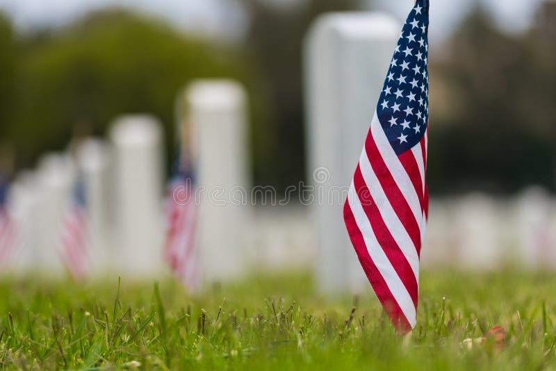 Mała flaga amerykańska przy Krajowym cmentarzem - dnia pamięci pokaz zdjęcie stock