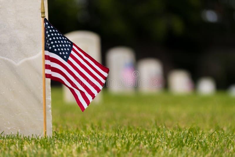 Mała flaga amerykańska przy Krajowym cmentarzem - dnia pamięci pokaz obrazy stock