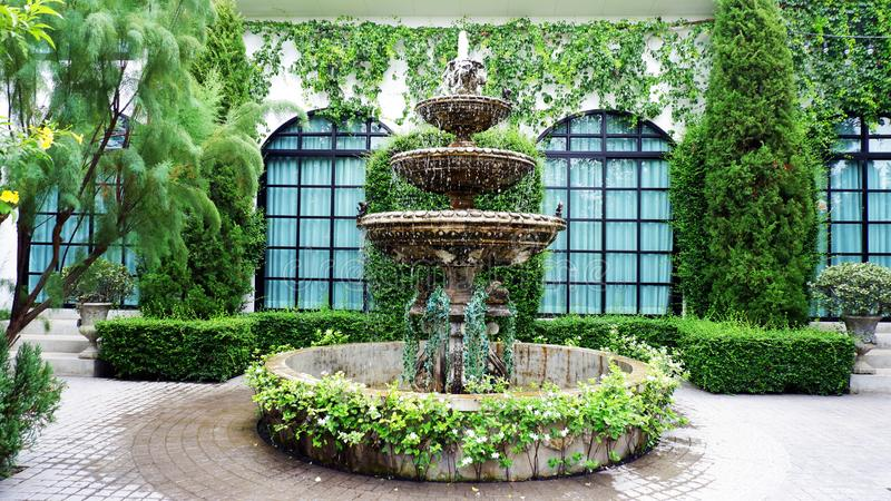 Mała fontanna po środku zielonego parka obrazy stock