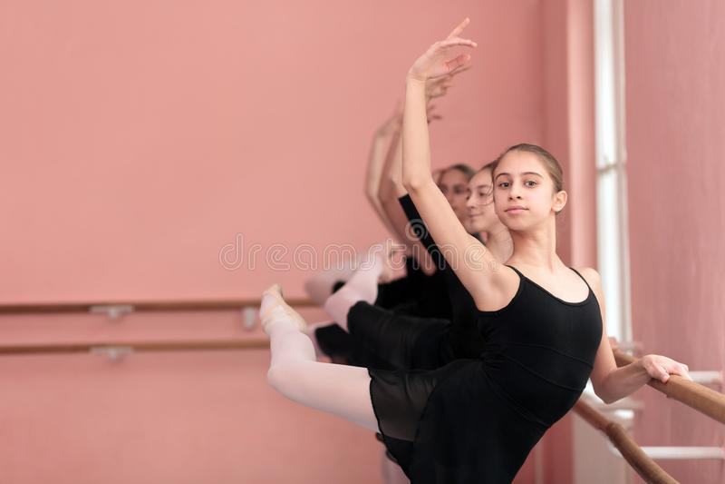 Mała grupa nastoletnie dziewczyny ćwiczy klasycznego balet obraz royalty free