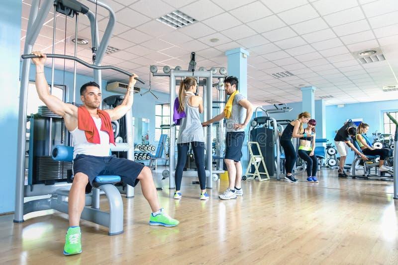 Mała grupa sportive przyjaciele przy gym sprawności fizycznej klubu centrum obrazy stock