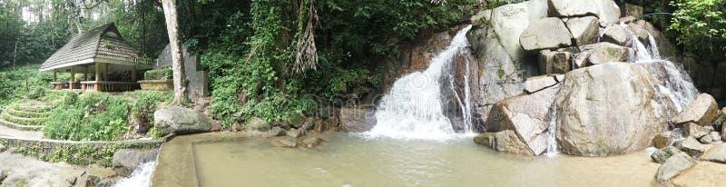 Mała halna siklawa na skałach i wygodny alkierza wróg relaksujemy w tropikalnym lesie fotografia stock