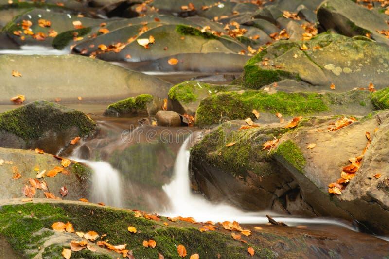 Mała halna siklawa w jesieni Piękny krajobrazowy pełny pokój zdjęcia stock