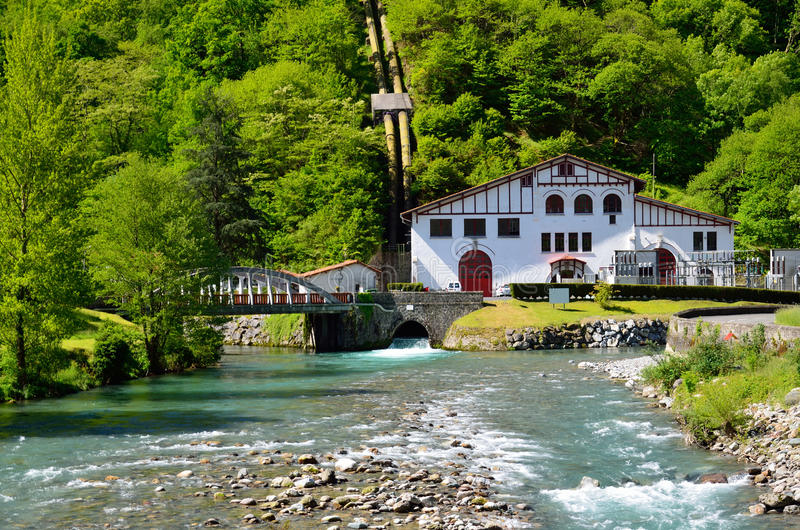 Mała hydroelektryczna elektrownia w Pyrenees zdjęcia royalty free