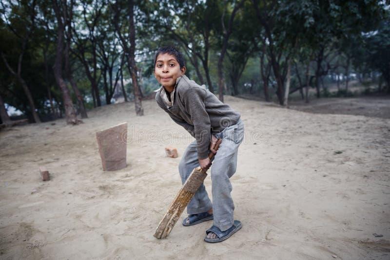 Mała Indiańska chłopiec bawić się grę w Agra zdjęcie royalty free