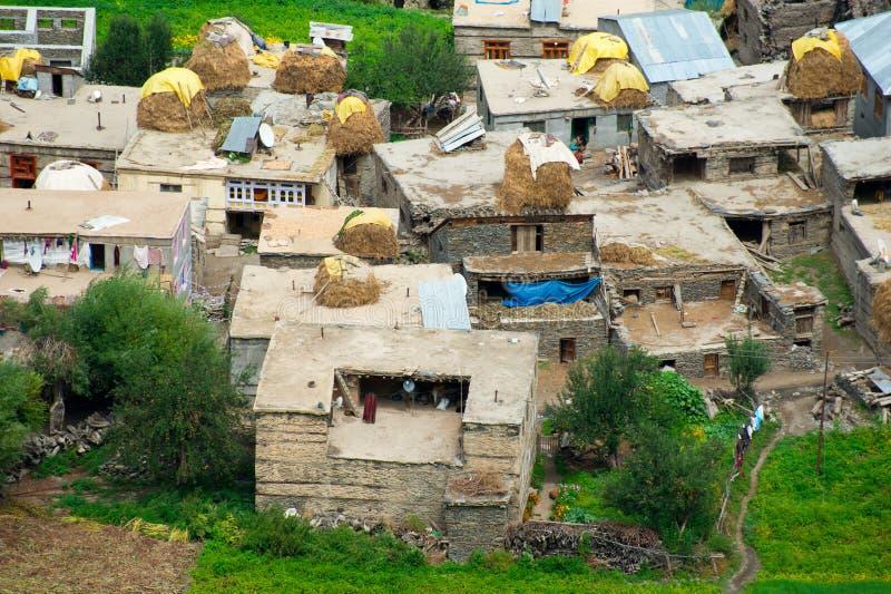 Mała Indiańska wioska chująca w himalaje górach zdjęcie stock
