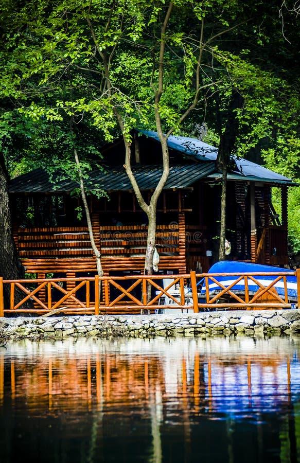 Mała kabina z błękitną łodzią zdjęcia royalty free