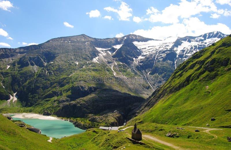 Mała kaplica w wysokich łąkach Tyrolean Alps zdjęcie royalty free