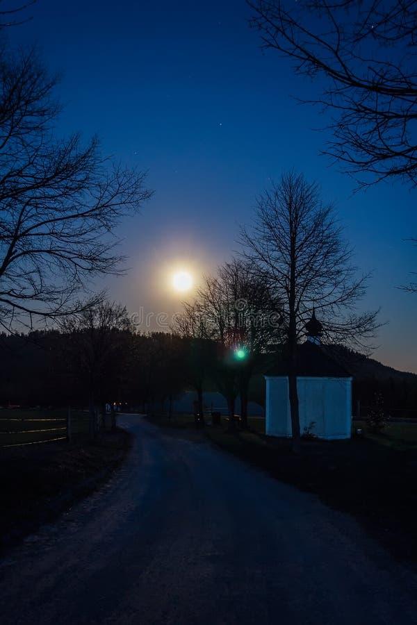 Mała kaplica z ścieżką w nocnym niebie z gwiazdy mrówki drzewami, czecha krajobraz zdjęcie royalty free