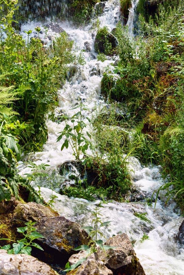 Mała kaskada w Wilhelmshoehe góry lodowa parku Kassel wody gry obraz royalty free