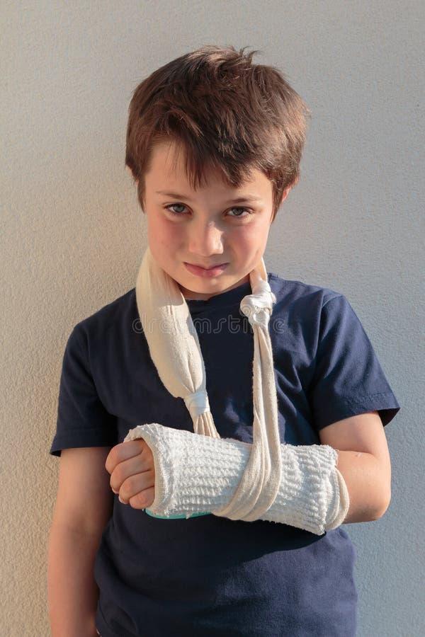 Mała Kaukaska chłopiec z Łamaną ręką obraz royalty free