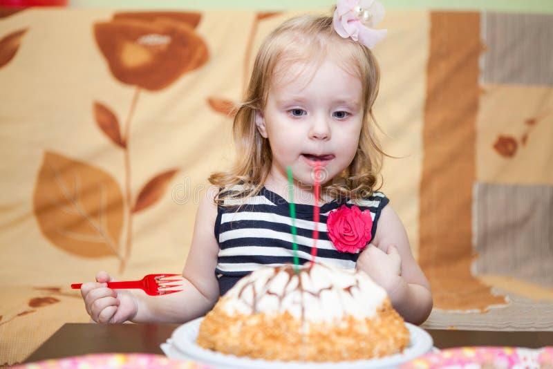 Smakowity urodzinowy tort i mała dziewczynka obraz royalty free