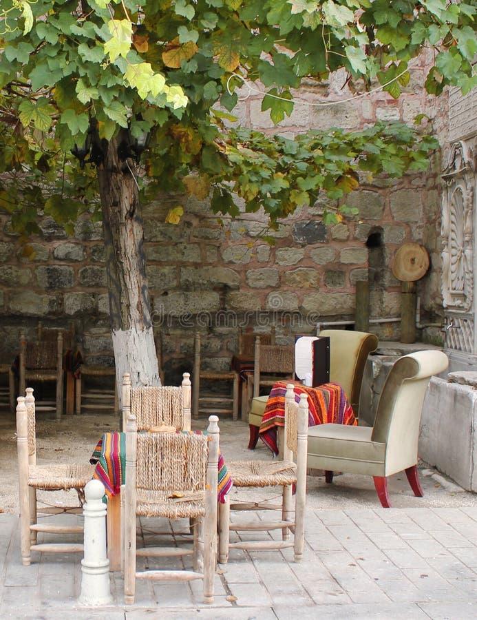 Mała kawiarnia pod drzewem obraz stock