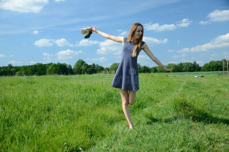 Mała kobieta cieszy się plenerową wolność fotografia stock